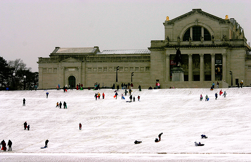 Snow Days in St. Louis: Sledding on Art Hill - Arch City Homes #stlouis #sledding
